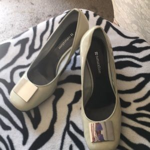 Bone pump with a stacked heel and a silver buckle